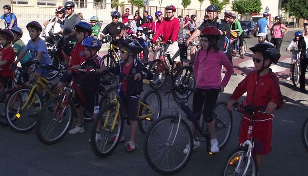 Niños de varias edades en bicicleta
