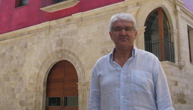 Jesús Marino Pascual posa delante del Centro de la Cultura del Rioja