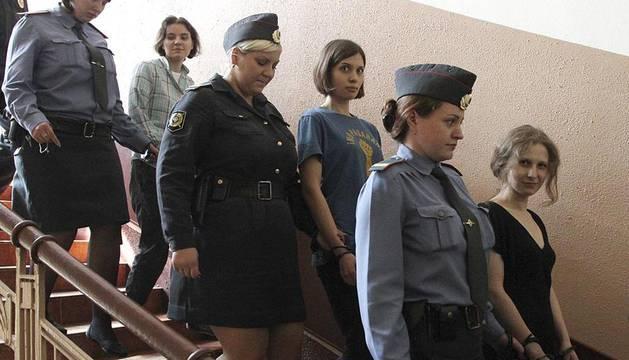 Seguidores del grupo ruso se han manifestado contra la condena de las Pussy Riot frente a los Juzgados de Moscú