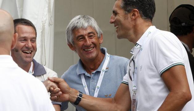 Los excorredores Miguel Indurain (d) y Marino Lejarreta (c) bromean en la zona de meta al término de la 32 edición de la Clásica de San Sebastián