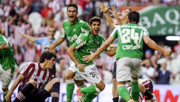 Los jugadores del Betis celebran el cuarto gol de su equipo, materializado por el centrocampista Alejandro Pozuelo.
