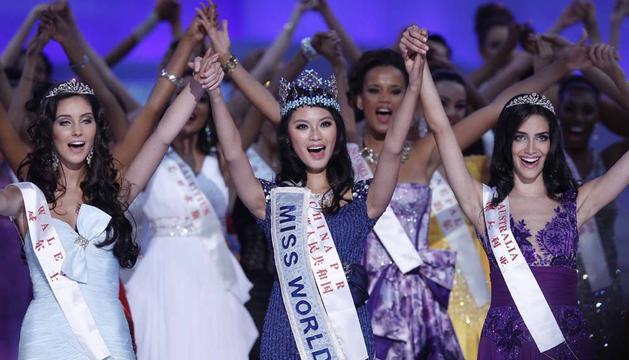 La recién coronada Miss Mundo, la China Wen Xiayu (centro), posa junto a las finalistas Sophie Elizabeth Mould (izda) de Gales, y Jessica Michelle Kahawaty de Australia (dcha)