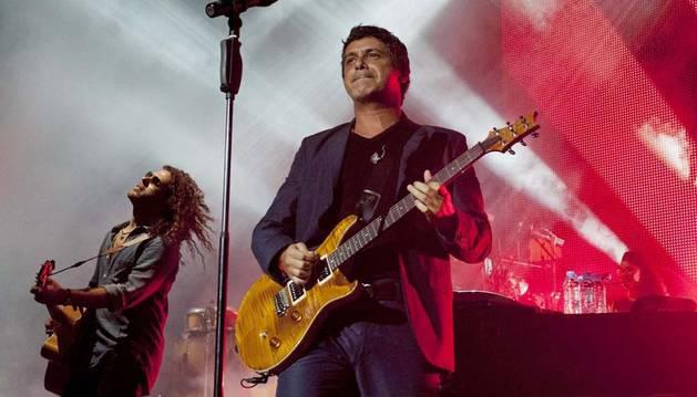El cantante Alejandro Sanz durante su actuación esta noche en la clausura del Festival Cap Roig de Girona