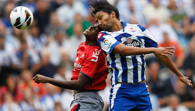 Raoul Loé disputa un balón junto a Abel Aguilar, jugador del Deportivo