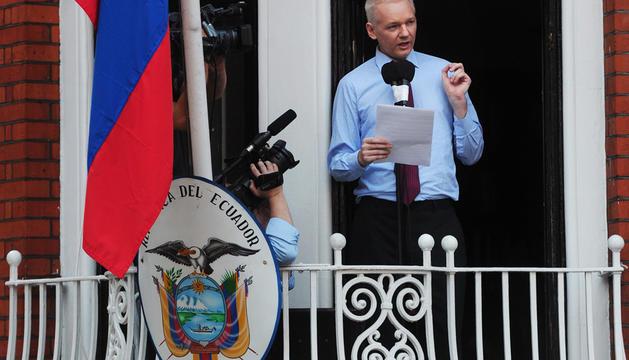Julian Assange, durante las declaraciones emitidas este domingo desde en el balcón de la embajada de Ecuador