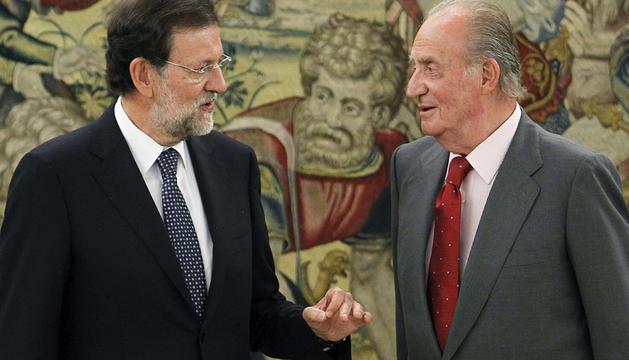 El Rey Juan Carlos conversa con el presidente del Gobierno, Mariano Rajoy, en el Palacio de la Zarzuela.