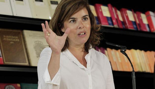 La vicepresidenta del Gobierno, Soraya Sáenz de Santamaría, pronuncia unas palabras durante la visita que ha realizado esta mañana a las instalaciones del Boletín Oficial del Estado (BOE)