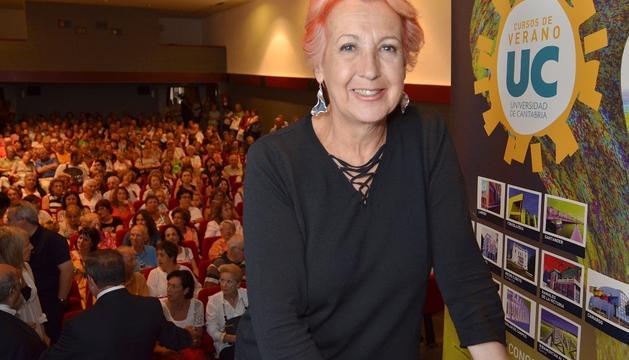Rosa María Calaf en una de las conferencias que ha impartido dentro de los Cursos de Verano que organiza la Universidad de Cantabria