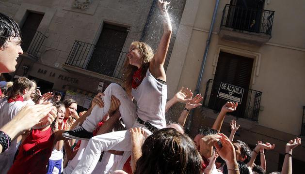 Un grupo de jóvenes celebra el comienzo de las fiestas de Tafalla