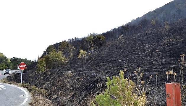 Aunque el fuego se dio por extinguido a medianoche, los bomberos continuaban con las labores de remojo durante la jornada del viernes