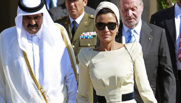 Foto de archivo del 27 de abril de 2011 de la mujer del Emir de qatar, Sheikas Mozah bint Nasser Al Missned, seguida de su esposo, Sheikh Hamd bin Khalifa Al Trani, y el Rey Juan Carlos.