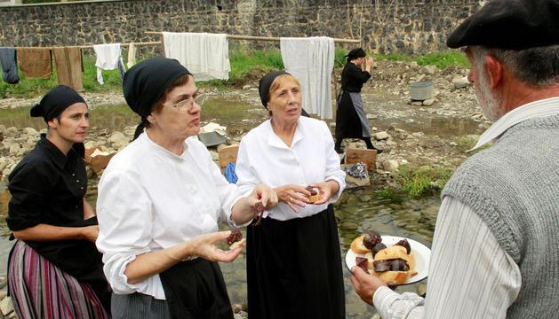 Lavanderas comiendo morcilla, este sábado, en Ochagavía
