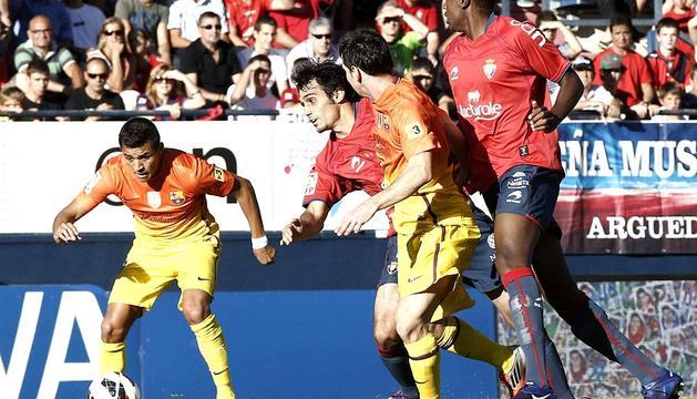 Roland Lamah y Alejandro Arribas presionan a Alexis Sánchez en presencia de Leo Messi.
