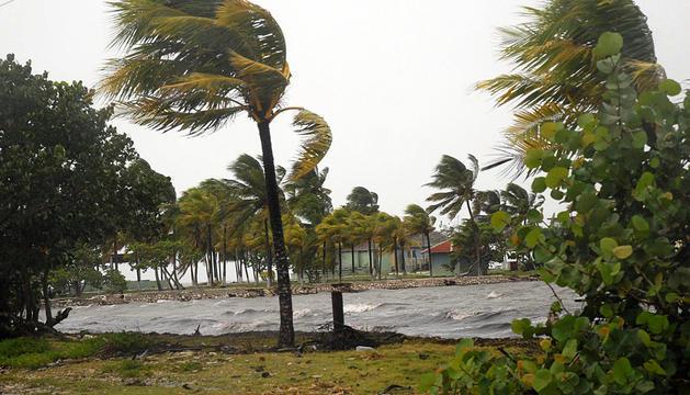 Rachas de viento azotan la costa norte de la provincia de Sancti Spíritus, Cuba, causadas por la tormenta tropical Isaac.