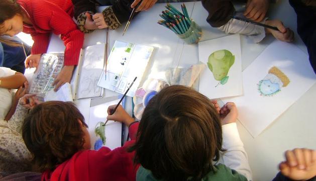 Varios niños pintando
