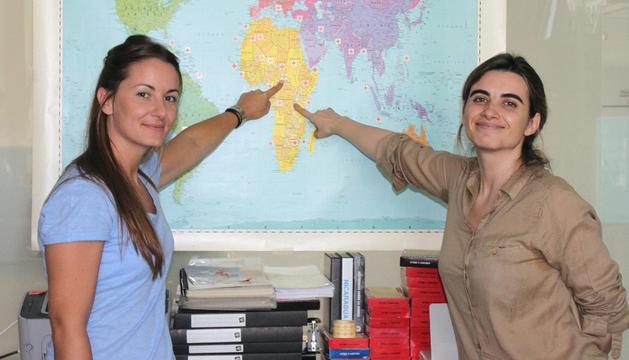 Las delegadas navarras  de Cruz Roja, Nerea Martínez y Adriana Ciriza .