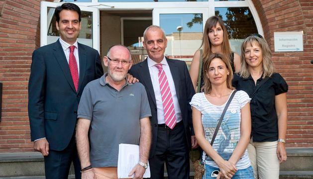 El consejero Pejenaute y el director general de Política Social, Íñigo Alli, con el presidente de ASORNA y otras representantes de la asociación