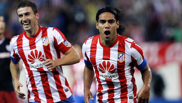 El colombiano Radamel Falcao celebra uno de los goles junto a su compañero Gabi.