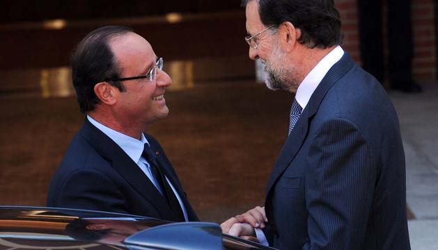 Mariano Rajoy, recibiendo a François Hollande a las puertas de La Moncloa