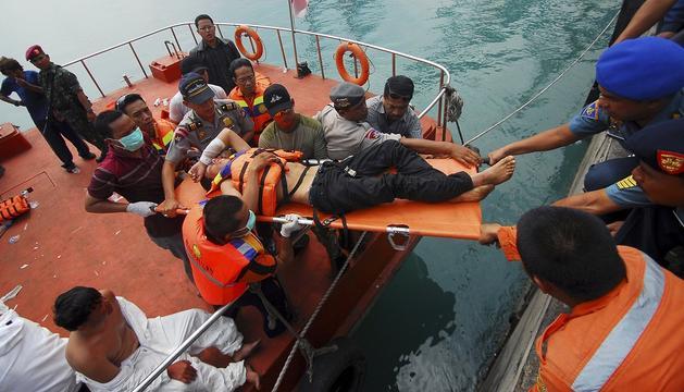 Un equipo de rescate de Indonesia auxilia a parte de los inmigrantes náufragos en sus aguas cuando se dirigían en una embarcación a Australia.