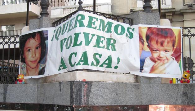Una pancarta en la Plaza de las Monjas de Huelva donde se acoge la concentración