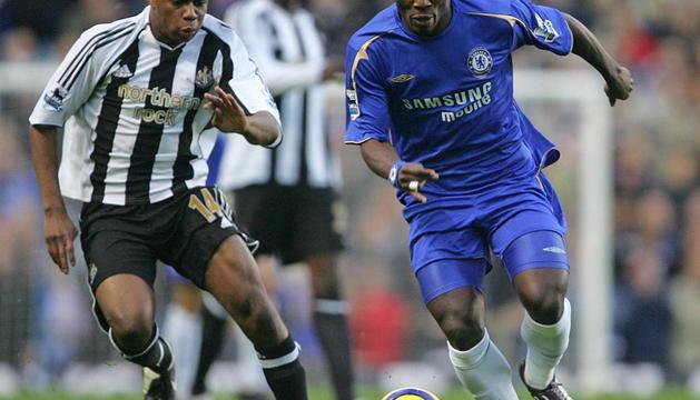 El centrocampista Micheal Essien (dcha.), durante un partido con el Chelsea