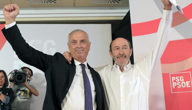 El secretario general del PSDG-PSOE, Alfredo Pérez Rubalcaba (d) saluda junto al candidato a la presidencia de la Xunta, Manuel Vazquez, tras su elección por aclamación