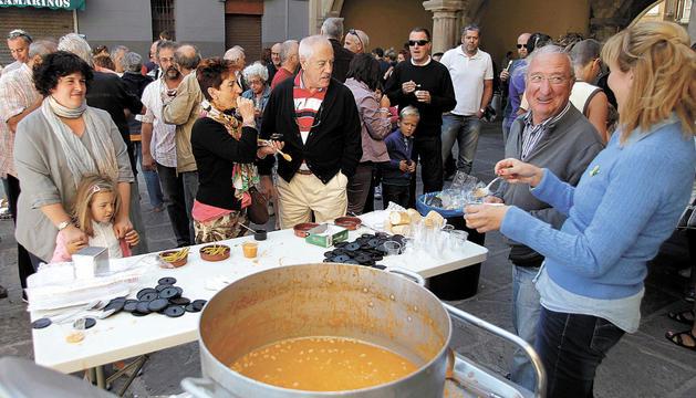 Unas 700 personas degustaron ayer 140 kilos de pochas con motivo de la I Jornada de Elogio a la Pocha de Sangüesa