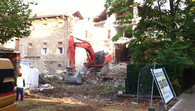 La excavadora centraba sus trabajos en el antiguo patio principal de la cárcel de Pamplona, cuyo muro ha desaparecido.