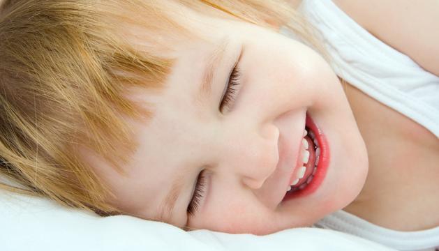 Un niño riéndose