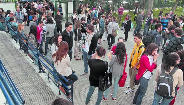 Aspirantes a las oposiciones de maestro esperando para examinarse a la entrada del IES Navarro Villoslada de Pamplona, en junio de 2011.