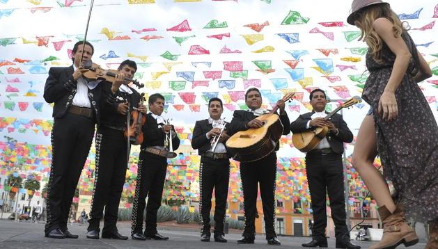Mariachis tocan frente al edificio que albergará la Escuela del Mariachi, en la Plaza Garibaldi de Ciudad de México (México).
