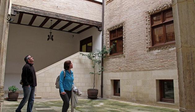Dos turistas en la casa de Fray Diego de Estella, uno de los principales espacios culturales de la ciudad