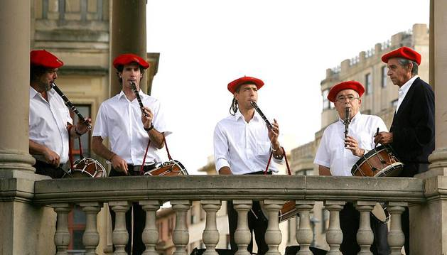 A lo largo del verano, la Plaza del Castillo ha sido testigo de cómo el sonido de los txistus y las gaitas invitaban a bailar a vecinos y visitantes. El pasado martes fueron decenas las personas que se arremolinaron en torno a la música de estos instrumentos para deleitarse y disfrutar con las danzas.