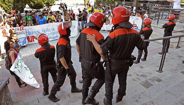 La Policía Foral, en el exterior del Sario. EFE