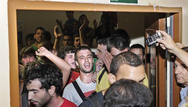 Varios escoltas intentan detener a un grupo de distintas organizaciones estudiantiles que ha intentado entrar en la sala en la que se celebraba el acto académico.