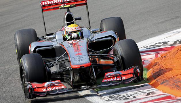 El monoplaza McLaren del británico Lewis Hamilton sobre el circuito de Monza durante las sesiones de calificación del GP de Italia.