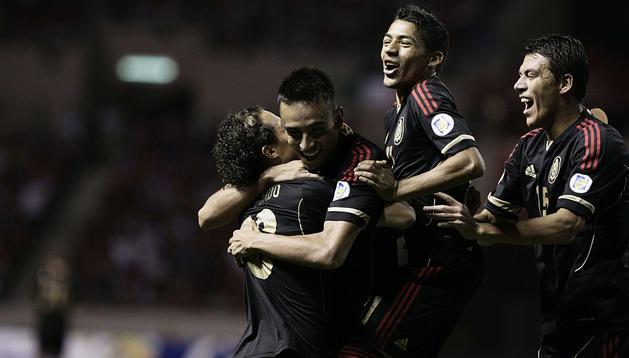 Jugadores mexicanos celebran después de anotar un gol ante Costa Rica.