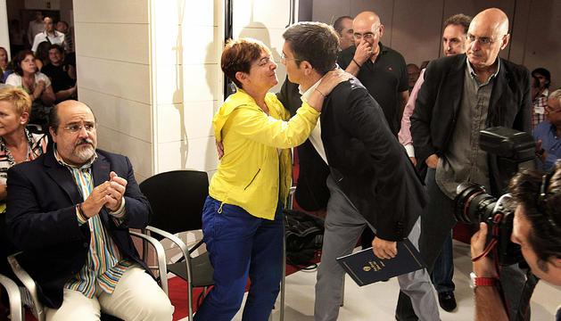 El lehendakari y candidato a la reelección por el PSE- EE, Patxi López (2º dcha.), saluda a Gemma Zabaleta (2ª izda.), consejera vasca de Trabajo y miembro de la Ejecutiva de este partido.
