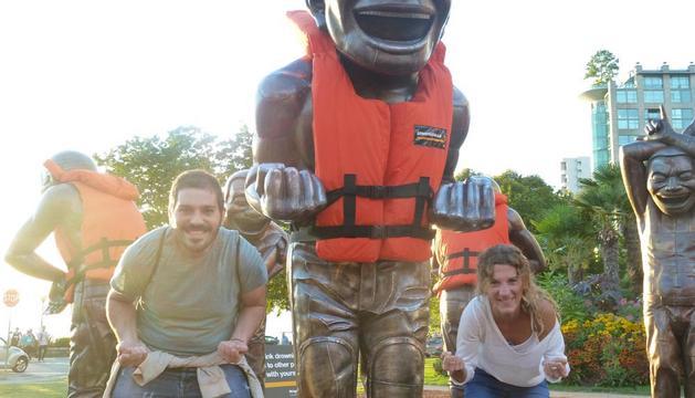 UN RINCÓN DE LA CIUDAD. Ainara Garde Martínez, bromea en las 'laughing statues' de Vancouver.