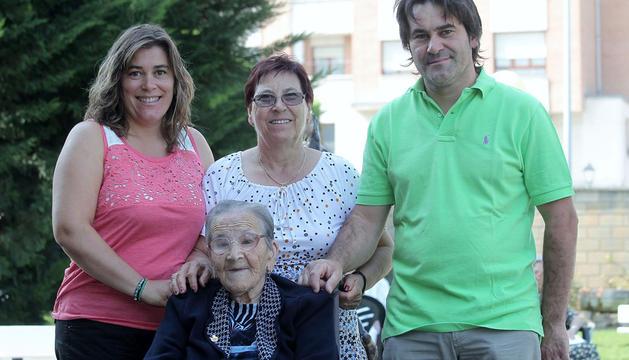Alfonsi Martos García (nieta), Paqui García García (hija), y Antonio Martos García (nieto), con Paca García Torres, ayer, en la residencia Landazábal de Burlada