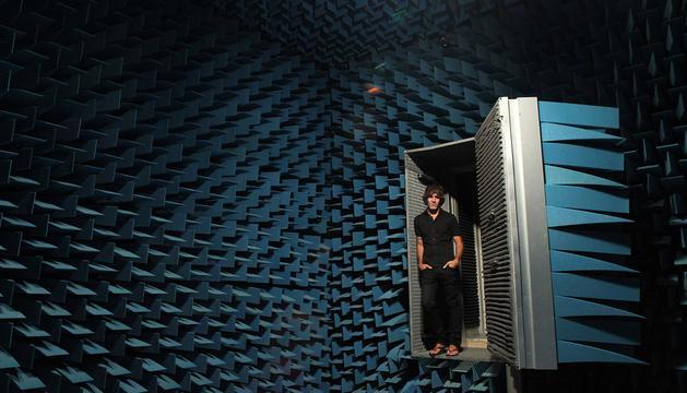 David Arratibel entra en la sala anecoica de la empresa Acústica Arquitectónica, en el polígono Berriainz de Berriozar