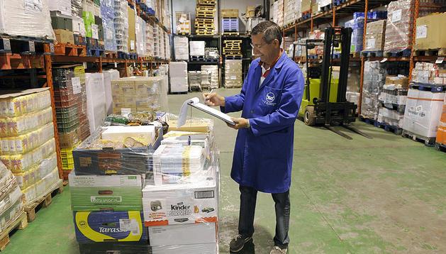 -Fotografía de archivo del 30 de mayo de 2012 de un voluntario del Banco de Alimentos en Valladolid.