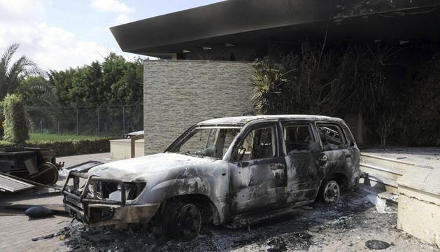 Restos carbonizados de un vehículo en el edificio del consulado estadounidense en Bengasi