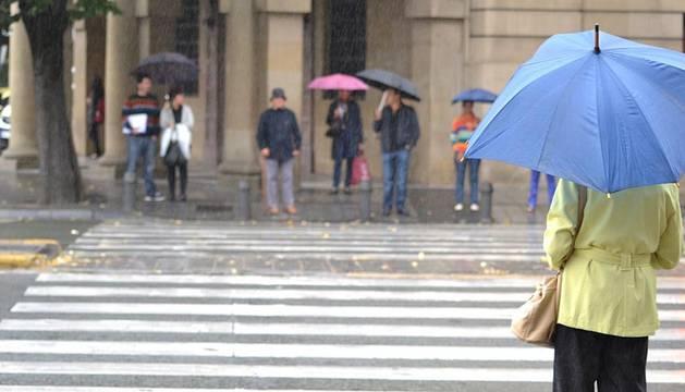 Este jueves ha amanecido en Pamplona con un día muy nuboso y una fina lluvia no ha dejado de caer durante la mañana