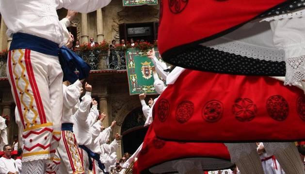 El grupo de dantzas Duguna baila frente al Ayuntamiento de Pamplona