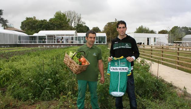 El ciclista del Caja Rural Javier Aramendía , homenajeado en la inauguración.