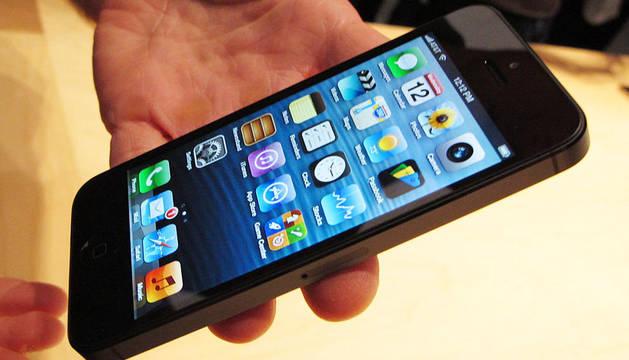 Un ejecutivo de Apple muestra el nuevo Iphone 5, conocido como el teléfono más delgado alguna vez fabricado, durante un lanzamiento ante los medios en el Centro de Artes de Yerba Buena en San Francisco, California.