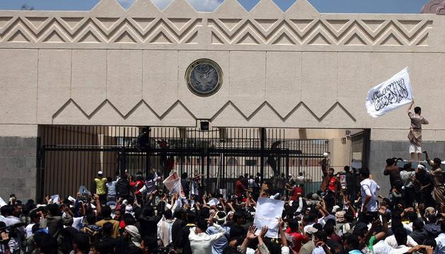 Los manifestantes, frente a la embajada de EE UU en Saná. AFP