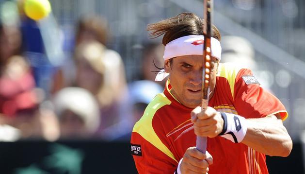 David Ferrer devuelve una bola al norteamericano Sam Querrey durante la primera semifinal de la Copa Davis